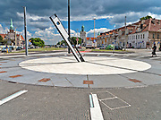 Szczecin, (woj. zachodniopomorskie), 15.07.2013. Zegar słoneczny w alei kwiatowej.