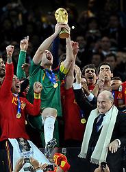 11.07.2010, Soccer-City-Stadion, Johannesburg, RSA, FIFA WM 2010, Finale, Niederlande NED vs Spanien ESP im Bild Spaniens Kapitän Iker Casillas stemmt  vor den Augen von FIFA Präsident Josef Blatter den Pokal des Weltmeisters in den Johannesburger Nachthimmel, Spanien ist Weltmeister 2010, EXPA Pictures © 2010, PhotoCredit: EXPA/ InsideFoto/ Perottino *** ATTENTION *** FOR AUSTRIA AND SLOVENIA USE ONLY! / SPORTIDA PHOTO AGENCY