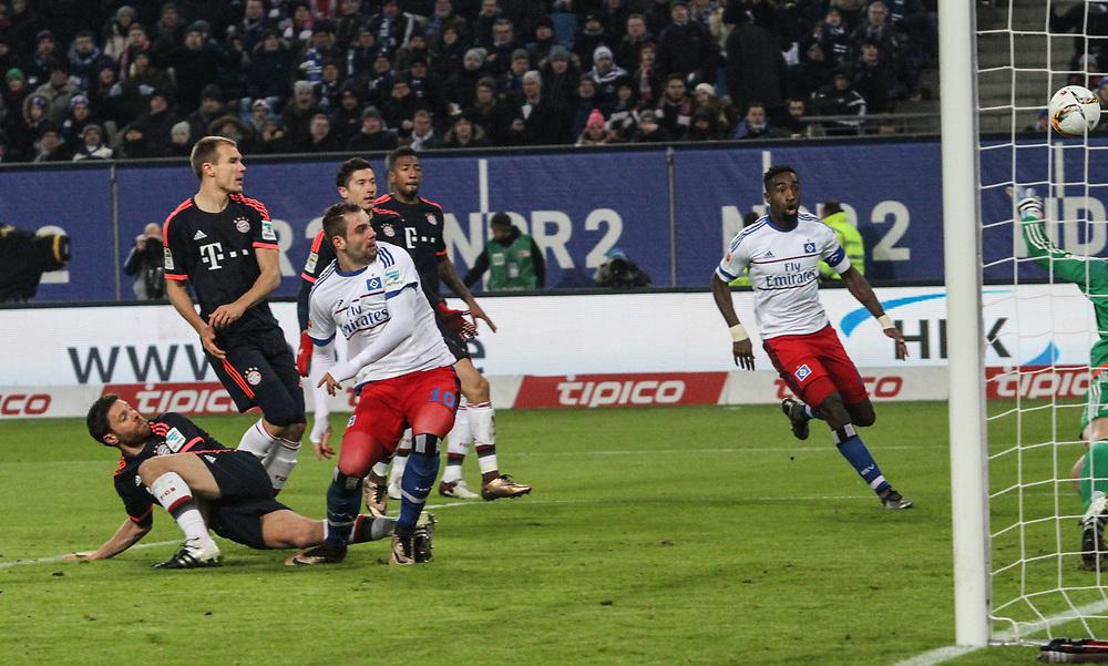 Fussball: 1. Bundesliga, Hamburger SV - FC Bayern Muenchen, Hamburg, 22.01.2016<br /> <br /> Pierre Michel Lasogga (HSV) erzielt das 1:1<br /> <br /> © Torsten Helmke
