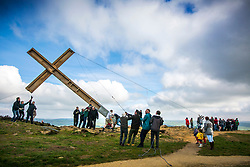 © Licensed to London News Pictures. 06/04/2019. Otley UK. The 36ft high Otley Chevin Cross is hauled in to position on the top of Otley Chevin near Otley in Yorkshire this morning. The cross has been put to mark the Easter celebrations for over 50 years. Photo credit: Andrew McCaren/LNP