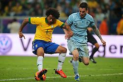 Marcelo disputa a bola com Mathieu Debuchi no amistoso entre Brasil e França no estádio Arena do Grêmio, em Porto Alegre (RS). FOTO: Jefferson Bernardes/Preview.com