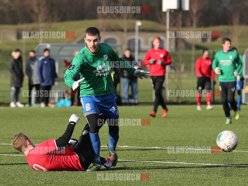 Kaspar Christiansen (Avarta) har begået straffespark mod Daniel Udsen (FC Helsingør).