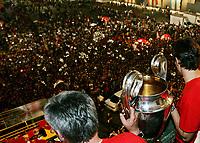 Milano 24 maggio 2007<br /> Kaka e Carlo Ancelotti alzano la coppa Campioni davanti ai tifosi milaniosti in piazza Duomo a Milano<br /> Foto Inside/Paco Serinelli