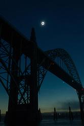 Aug 21, 2017 - Newport, Oregon, U.S. - The sun reaches totality over the Yaquina Bay Bridge in Newport, Oregon.  (Credit Image: © Andy Nelson/Register Guard via ZUMA Wire)