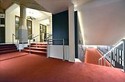Nederland, Nijmegen, 30-11-2019Interieur van de vernieuwde Vereeniging. De ornamenten in de zaal zijn in de originele kleur geschilderd, de akoestiek is weer terug op het niveau van voor 2014 middels subtiele aanpassingen en de hal, lobby, foyer is helemaal omgegooid en geintergreerd met het grand cafe erachter.Foto: Flip Franssen
