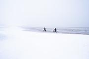 Strandbikes op een besneeuwd strand, Scheveningen