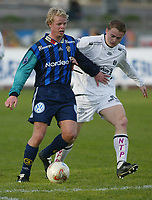 Fotball - 5. mai 2002 - Stabæk - Sogndal 4-0 Nadderud Stadion. Christian Michelsen, Stabæk i duell med Eirik Hillestad, Sogndal.<br /> <br /> Foto: Andreas Fadum, Digitalsport