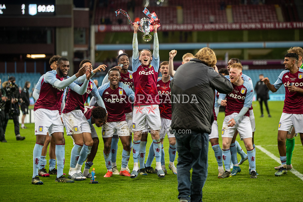 BIRMINGHAM, ENGLAND - Monday, May 24, 2021: Aston Villa's Louie Barry lifts the trophy as his team celebrate after winning the FA Youth Cup Final match between Aston Villa FC Under-18's and Liverpool FC Under-18's at Villa Park. Aston Villa won 2-1. (Pic by David Rawcliffe/Propaganda)