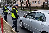 Bialystok, 02.04.2020. N/z kontrola policyjna na jednej z glownych ulic - Alei Pilsudskiego. Policjanci zatrzymywali samochody osobowe i pytali kierowcow o cel podrozy. Akcja ma na celu sprawdzenie celowosci przemieszczenia sie osob i czy robia to zgodnie z obowiazujacymi podczas epidemii koronawirusa obostrzeniami fot Michal Kosc / AGENCJA WSCHOD