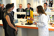 Koningin Máxima opent het FrieslandCampina Innovation Centre in Wageningen. In dit nieuwe centrum brengt het zuivelbedrijf het merendeel van hun onderzoeks- en ontwikkelingsactiviteiten samen. <br /> <br /> Queen Máxima opens FrieslandCampina Innovation Centre in Wageningen. This new center the dairy spends most of their research and development together.<br /> <br /> Op de foto / On the photo:  Koningin Máxima krijgt een rondleiding door het FrieslandCampina Innovation Centre / Queen Máxima gets a tour of the FrieslandCampina Innovation Centre