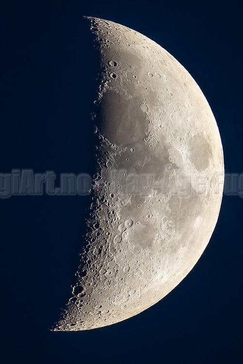 Moon over Mulevika, Kvalsvik, Norway taken tonight with 1200 mm focal length   Månen over Mulevika i Kvalsvik, Norge tatt i kveld med 1200 mm brennvidde.
