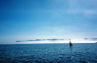 Kajakkpadler holder padleåra i været, Sea kayak
