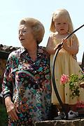 Photo session at the holiday house Roca Dei Draconie in the Italian Tavernelle. The Dutch Royal family is on summer holiday  close to florence.<br /> <br /> Fotosessie bij het vakantiehuis Roca Dei Draconie in het Italiaanse Tavernelle. Het gezin is op zomervakantie in het vakantieverblijf van de koninklijke familie nabij Florence. <br /> <br /> On the Photo / Op de foto:<br /> <br /> Queen Beatrix with  princess Amalia<br /> <br /> Koningin Beatrix met haar kleindochter prinses Amalia