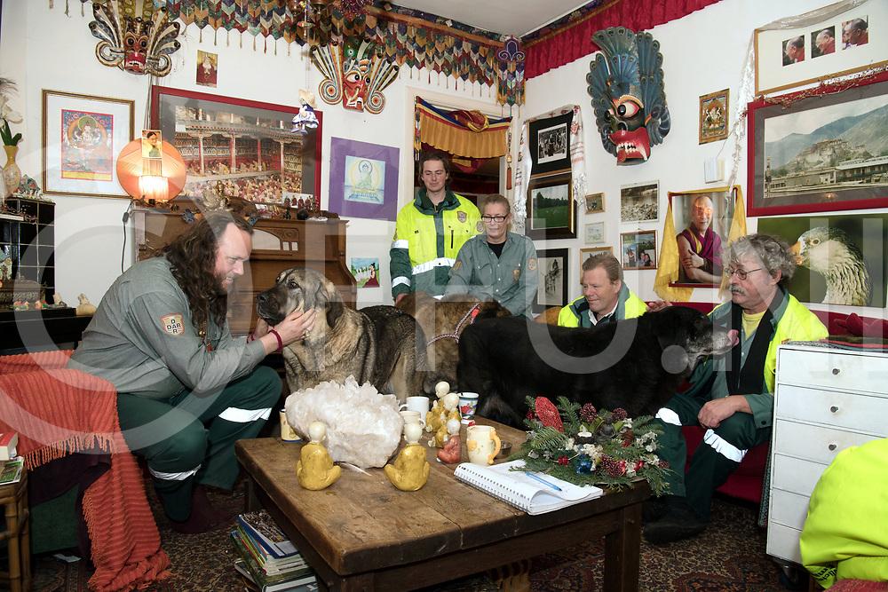 DALEN - Dieren ambulance naar Hardenberg.<br /> Foto: Ambulance team, Chögyal Trizin ( l ) en Rob Nieuwenhuizen (r)<br /> FFU PRESS AGENCY COPYRIGHT FRANK UIJLENBROEK