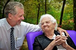 José Fortunati com a sua mãe, Dna. Amélia. FOTO: Jefferson Bernardes/Preview.com