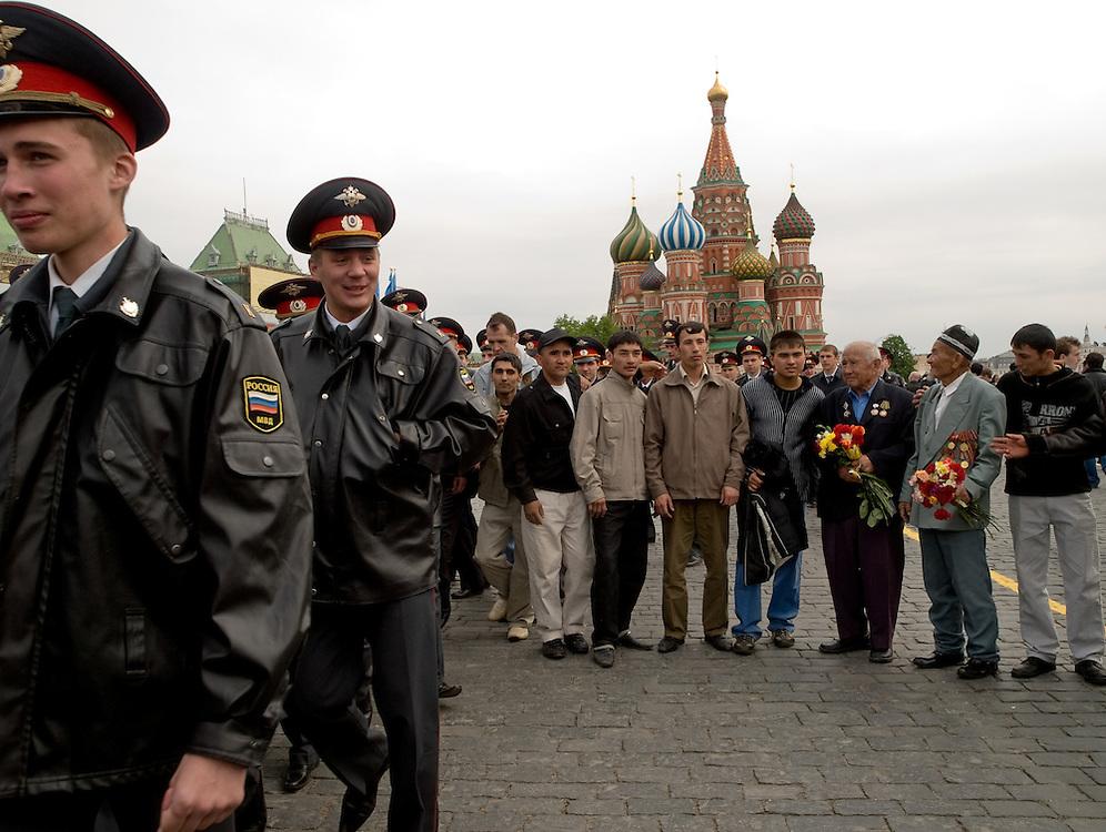 Milizionäre patroullieren am Tag der großen Sieges- und Militärparade über den Roten Platz in Moskau. Veteranen aus dem 2. Weltkrieg lassen sich vor der Basilius-Kathedrale fotografieren.<br /> <br /> Militamen on patrol during the day of the Victory Parade at Red Square in Moscow. WWII veterans getting photographed infront of the Saint Basil's Cathedral.