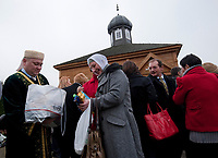06.11.2011 Bohoniki (woj podlaskie) Polscy Tatarzy rozpoczeli swieto Kurban Bajram ( Swieto Ofiarowania ) jedno z najwazniejszych swiat muzulmanskich . W Bohonikach w ofierze zlozono byka n/z skladanie swiatecznych zyczen pod meczetem fot.Michal Kosc/AGENCJA WSCHOD UWAGA!!!ZDJECIA NIE MOGA BYC WYKORZYSTANE W INNYM KONTEKSCIE NIZ DOTYCZACYM POLSKICH TATAROW ANI OBRAZAJACYM UCZUCIA RELIGIJNE MNIEJSZOSCI TATARSKIEJ!!!