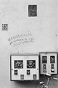 Nederland, Nijmegen, 15-1-1984Snoepautomaat aan de muur langs de straat met kauwgomballen. In de muur van het huis is een tegeltje met een afbeelding van maria gemetseld. Ook een oproep voor een politieke manifestatie is op de muur geschreven.Foto: Flip Franssen/Hollandse Hoogte