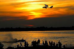 Público aproveita final de tarde as margens do rio Guaíba, em Porto Alegre. FOTO: Alfonso Abrahan/Preview.com