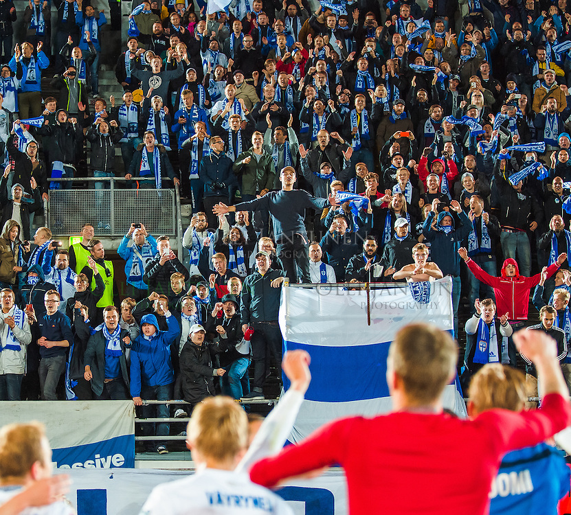 Suomen pelaajat juhlivat Pohjoiskaarteen edessä voittoisan EM2016-karsintaottelun Suomi-Färsaaret jälkeen. Olympiastadion, Helsinki, Suomi. 7.9.2015.