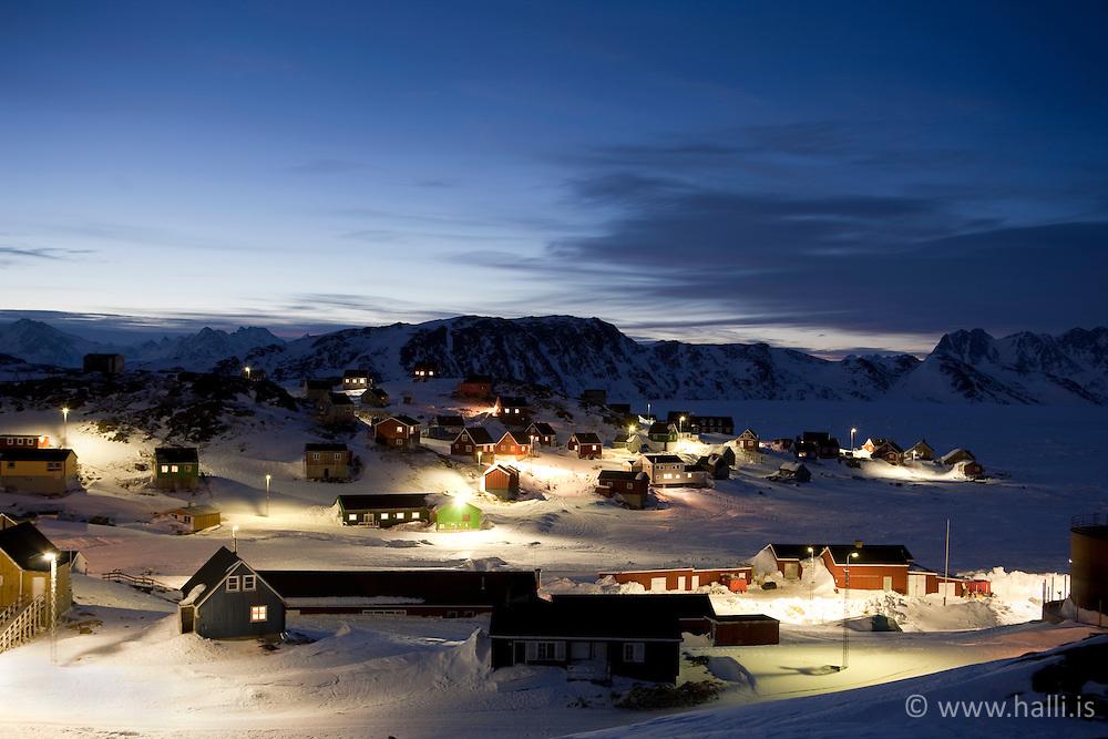 Houses at night in the village, Kulusuk, Greenland - Hús að kvöldlagi í Kulusuk á Grænlandi