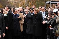 12 NOV 2007, BERLIN/GERMANY:<br /> Nicolas Sarkozy (L), Staatspraesident Frankreich, und Angela Merkel (L), CDU, Bundeskanzlerin, arbeiten sich durch ein Spalier von Schuelern, vor dem Besuch der Romain-Rolland Oberschule im Rahmen des 8. Deutsch-Franzzösischen Ministerrates<br /> IMAGE: 20071112-01-021<br /> KEYWORDS: Schüler, Schule