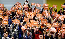 29-12-2015 NED: Nederland - Belgie, Almelo<br /> Op het 25 jaar Topvolleybal Almelo spelen Nederland en Belgie een oefen interland ter voorbereiding op het OKT dat maandag in Ankara begint. Nederland wint overtuigend met 3-0 / DELA bedankt bordjes, support publiek