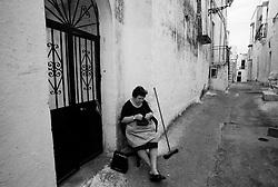 """""""Salento on Street"""".e? un lavoro fotografico che ha come oggetto scene quotidiane, che avvengono in strada o in luoghi pubblici salentini...centro storico-scena quotidiana"""