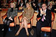Hare Koninklijke Hoogheid Prinses Máxima der Nederlanden heeft op de Nyenrode Business Universiteit in Breukelen een toespraak over toegang tot financiële diensten (inclusive finance). <br /> <br /> Her Royal Highness Princess Máxima of the Netherlands at the Nyenrode Business University in Breukelen a speech on access to financial services (inclusive finance).<br /> <br /> Op de foto / On the photo: <br />  Prinses Maxima osamen met rector magnificus Maurits van Rooijen  en hoogleraar Mijntje Lückerath-Rovers