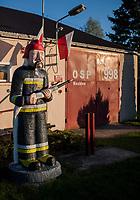 03.05.2015 wies Kozince woj podlaskie n/z rzezba strazaka w mundurze przed miejscowa remiza fot Michal Kosc / AGENCJA WSCHOD