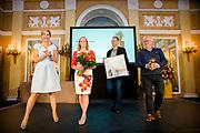 Koningin Máxima heeft in paleis Noordeinde de drie jaarlijkse Appeltjes van Oranje uitgereikt. Thema was dit jaar 'Samen zelf doen', als beloning voor gemeenschappelijke voorzieningen die geheel worden gerund door vrijwilligers. <br /> <br /> <br /> Queen Máxima at Noordeinde Palace awarded the Orange triennial Apples. Theme this year was' doing Together self, as a reward for communal facilities which are entirely run by volunteers.<br /> <br /> Op de foto / On the photo:  Koningin Maxima reikt op Paleis Noordeinde de Appeltjes van Oranje 2016 uit aan vertegenwoordigers van Stichting Dorpshuis Oostwold.<br /> <br /> Queen Maxima presented at Palace Noordeinde the Apples of Orange from 2016 to representatives of the Foundation Village Oostwold.