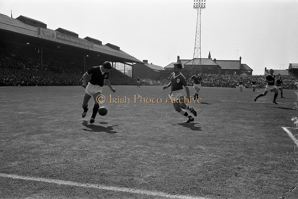 09/06/1963<br /> 06/09/1963<br /> 09 June 1963<br /> Soccer International: Ireland v Scotland at Dalymount Park Dublin. Ireland won the game 1-0 with a goal from Captain Noel Cantwell.  A race for possession between Ireland's Tony Dunne (right) and Scottish midfielder Willie Henderson in the second half.