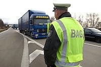 03 JAN 2005, LUDWIGSFELDE/GERMANY:<br /> Beamter des Bundesamtes fuer Gueterverkehr, waehrend einer Mautkontrolle, Parkplatz Fresdorfer Heide<br /> IMAGE: 20050103-01-006<br /> KEYWORDS: Bundesamt für Güterverkehr, LKW Maut, Kontroleur<br /> BAG