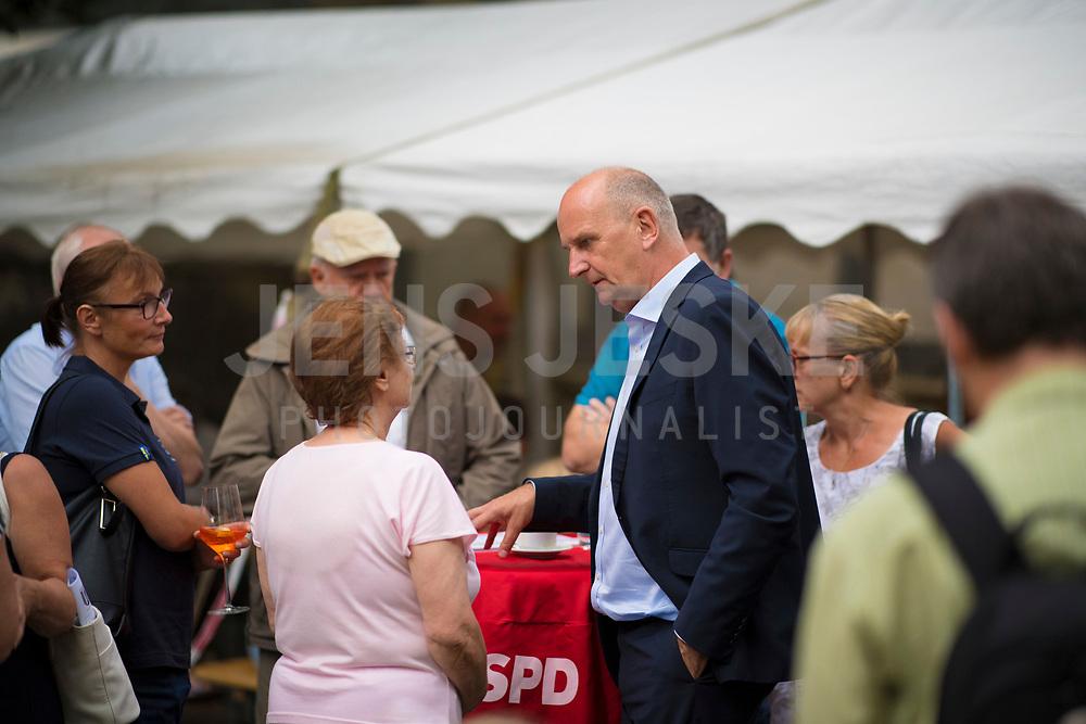 DEU, Deutschland, Germany, Rüdersdorf, 29.07.2019: Brandenburgs Ministerpräsident Dr. Dietmar Woidke (SPD) im Gespräch mit Besuchern einer Wahlkampfveranstaltung der SPD im Museumspark Rüdersdorf.