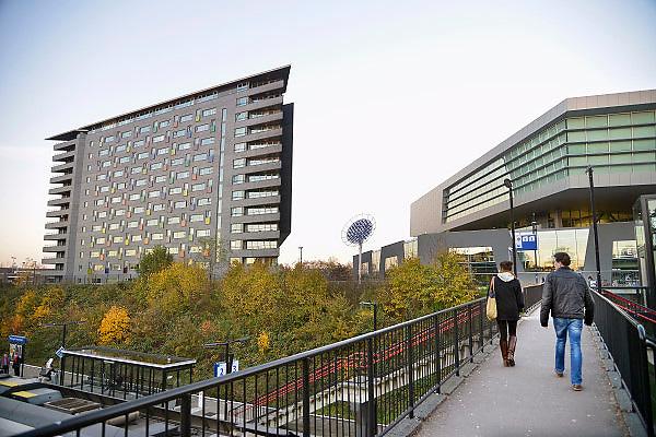 Nederland, Nijmegen, 14-11-2012De SSHN, stichting studentenhuisvesting Nijmegen, verhuurt woonruimte aan studenten. Op de foto de nieuwe woontoren Gouverneur bij het ns station Heyendaal. De SSHN heeft ruim vierduizend wooneenheden, verspreid over zestien wooncomplexen en meer dan dertig panden. Zij zijn bang dat de nieuwe huurregels van het kabinet geldproblemen gaat geven, omdat de huren omlaag zouden moeten.Foto: Flip Franssen/Hollandse Hoogte