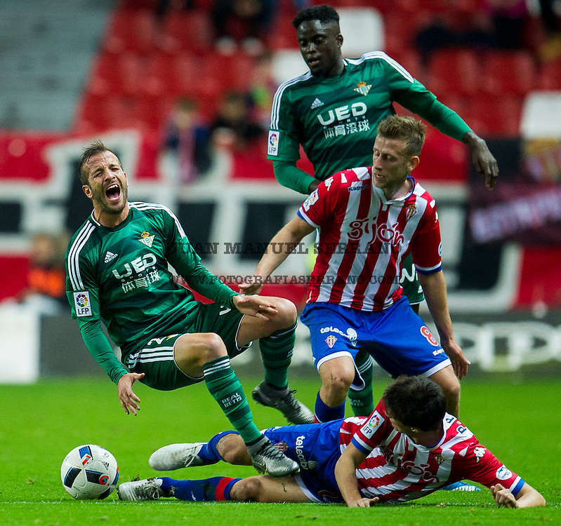 GIJON, SPAIN - DECEMBER 15:  Rafael van der Vaart of Real Betis Balompie duels for the ball with Pablo Perez of Real Sporting de Gijon during the Copa del Rey Round of 32 match between Real Sporting de Gijon and Real Betis Balompie at Estadio El Molinon on December 15, 2015 in Gijon, Spain.  (Photo by Juan Manuel Serrano Arce/Getty Images)