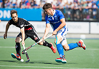 UTRECHT -  Jasper Luijkx (Kampong) met Caspar van Dijk (A'dam)      tijdens   de finale van de play-offs om de landtitel tussen de heren van Kampong en Amsterdam (3-1). COPYRIGHT  KOEN SUYK