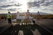 Het team van de Franse universiteit UIT maakt de fiets voor Aurélien Bonneteau klaar voor een testrit. In de buurt van Battle Mountain strijden van 10 tot en met 15 september 2012 verschillende teams om het wereldrecord fietsen tijdens de World Human Powered Speed Challenge. Het huidige record is 133 km/h.<br /> <br /> The team of the French university UIT is preparing their bike for a test run with Aurélien Bonneteau. Near Battle Mountain several teams are trying to set a new world record cycling at the World Human Powered Vehicle Speed Challenge from Sept. 10th till Sept. 15th. The current record is 133 km/h.