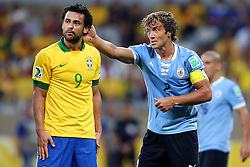 Fred e Lugano em lance da partida entre Brasil e Uruguai válida pela Copa das Confederações, no Estádio Mineirão, em Belo Horizonte-MG. FOTO: Jefferson Bernardes/Preview.com