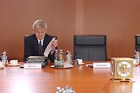 13 AUG 2003, BERLIN/GERMANY:<br /> Joschka Fischer, B90/Gruene, Bundesaussenminister, liest noch in Akten, vor Beginn einer Kabinettsitzung zur Agenda 2003, Kabinettsaal, Bundeskanzleramt<br /> IMAGE: 20030813-01-015<br /> KEYWORDS: Kabinett, Sitzung, Unterlagen, lesen