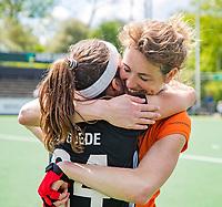 AMSTELVEEN  -  ex international  Willemijn Kuis-Bos  na haar laatste hoofdklasse wedstrijd met Eva de Goede (A'dam) .   Hoofdklasse hockey dames ,competitie, dames, Amsterdam-Groningen (9-0) .     COPYRIGHT KOEN SUYK