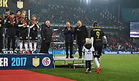 Fotball Menn Eliteserien Rosenborg-Viking<br /> Lerkendal Stadion, Trondheim<br /> 19 november 2017<br /> <br /> Nicklas Bendtner med sønnen Nicholas kommer opp for å få sin gullmedalje<br /> <br /> <br /> Foto : Arve Johnsen, Digitalsport