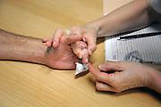 Nederland, Nijmegen, 24-9-2009Een fysiotherapeut bekijkt de hand van een man die door een bedrijfsongeval zijn vinger had verloren die er in het ziekenhuis weer aan gezet is.Foto: Flip Franssen