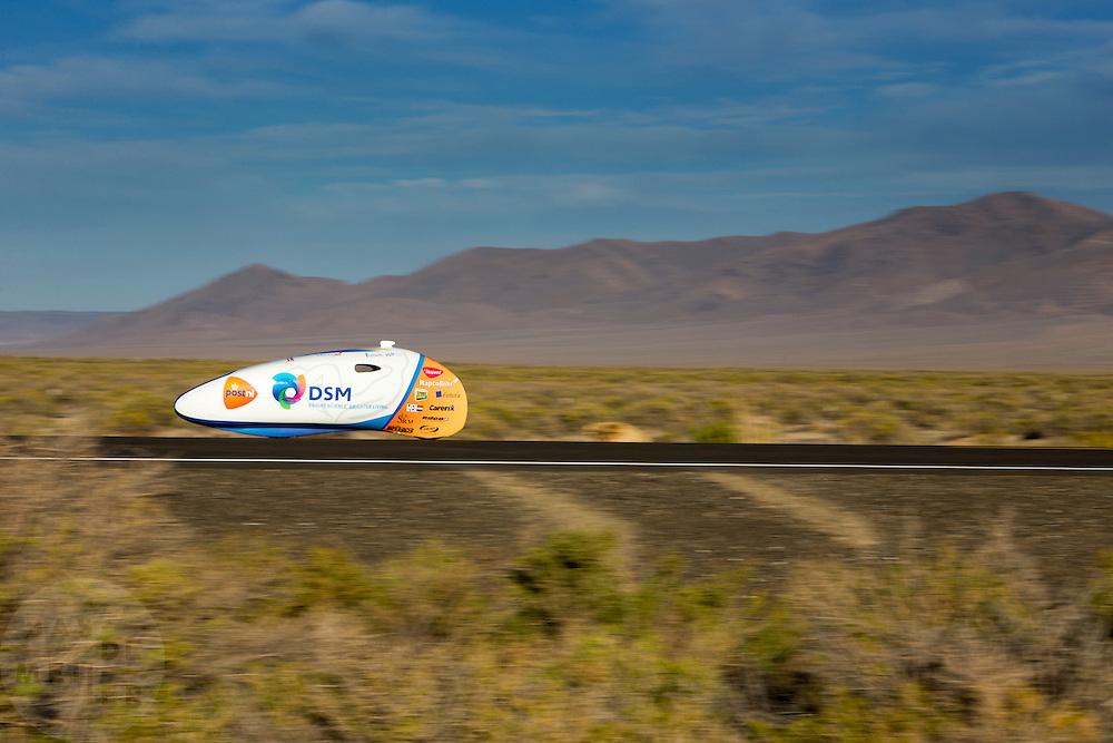 Jan Bos is onderweg in de VeloX2. De tweede racedag van het WHPSC In de buurt van Battle Mountain, Nevada, strijden van 10 tot en met 15 september 2012 verschillende teams om het wereldrecord fietsen tijdens de World Human Powered Speed Challenge. Het huidige record is 133 km/h.<br /> <br /> Jan Bos is on his way in the VeloX2 on the second racing day of the WHPSC. Near Battle Mountain, Nevada, several teams are trying to set a new world record cycling at the World Human Powered Speed Challenge from Sept. 10th till Sept. 15th. The current record is 133 km/h.