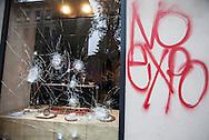 Milano 1 maggio 2015, manifestazione Mayday Parade, protesta contro l'Esposizione Universale EXPO 2015, scontri con la polizia.<br /> <br /> Milan, May 1, 2015, Mayday Parade demonstration, protest against the World Exposition EXPO 2015, clashes with police.