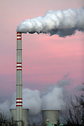 Prunerov/Tschechische Republik, Tschechien, CZE, 14.12.06: Blick auf die rauchenden Schornsteine der Kohlekraftwerke Prunerov. Prunerov ist der größte Komplex für die Gewinnung fossiler Brennstoffe in der Tschechischen Republik. Die Kraftwerke befinden sich in der Nähe der Stadt Chomutov (Komotau).<br /> <br /> Prunerov/Czech Republic, CZE, 14.12.06: Smokestacks of the Prunerov Power Stations. They are the largest fossil power station complex in the Czech Republic and situated on the western edge of the North-Bohemian brown coal basin near the town of Chomutov.