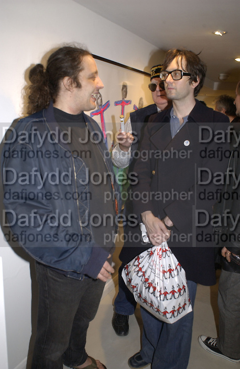 Lord Elliot and Jarvis Cocker. 2001 A Space Oddity. Colony Room exhibition.  A22 Gallery. 28 October 2001. © Copyright Photograph by Dafydd Jones 66 Stockwell Park Rd. London SW9 0DA Tel 020 7733 0108 www.dafjones.com