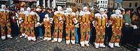 Belgique, Wallonie, carnaval de Binche, Gilles de Binche portant leur masque spécifique avec un ramon (bois) à la main. // Carnival parade, Wallonie, Binche, Belgium