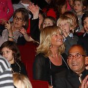 NLD/Amsterdam/20111117 - Inloop Bennie Stout in premiere voor Sinterklaas, Conny Breukhoven met haar kleinkinderen