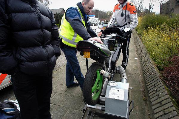 Nederland, Nijmegen, 8-4-2004..Politie onderwerpt brommer aan een controle op snelheid...Verkeerscontrole, verkeersveiligheid, geluidsoverlast, opvoeren, rolbank, overlast...Foto: Flip Franssen/Hollandse Hoogte
